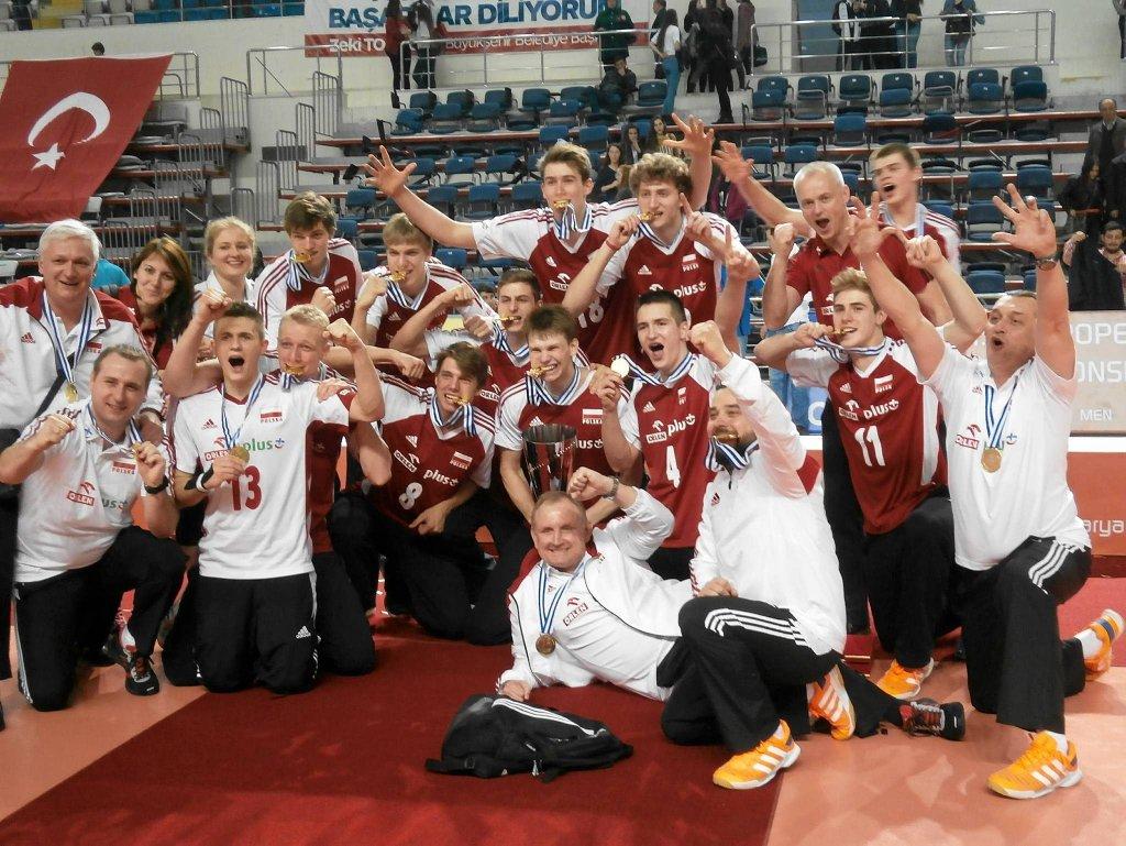 Młodzi polscy siatkarze tuż po zdobyciu tytułu mistrzów Europy