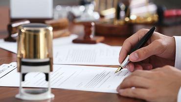 Korzystniej jest przekazać darowiznę czy spisać testament?