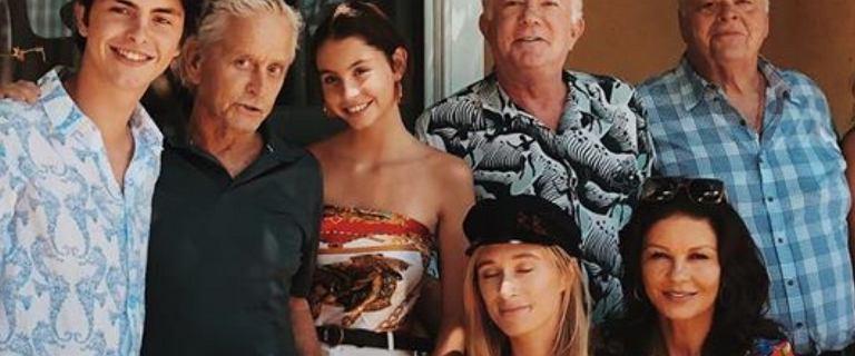 Michael Douglas pochwalił się rodzinnym zdjęciem. Są na nim cztery pokolenia. Ojciec, piękna Catherine Zeta-Jones i dzieci.