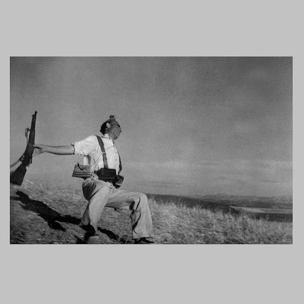 Słynne zdjęcie Roberta Capy 'Śmierć hiszpańskiego republikanina'. Wystawa 'Tak widzą. Panorama fotografii węgierskiej'