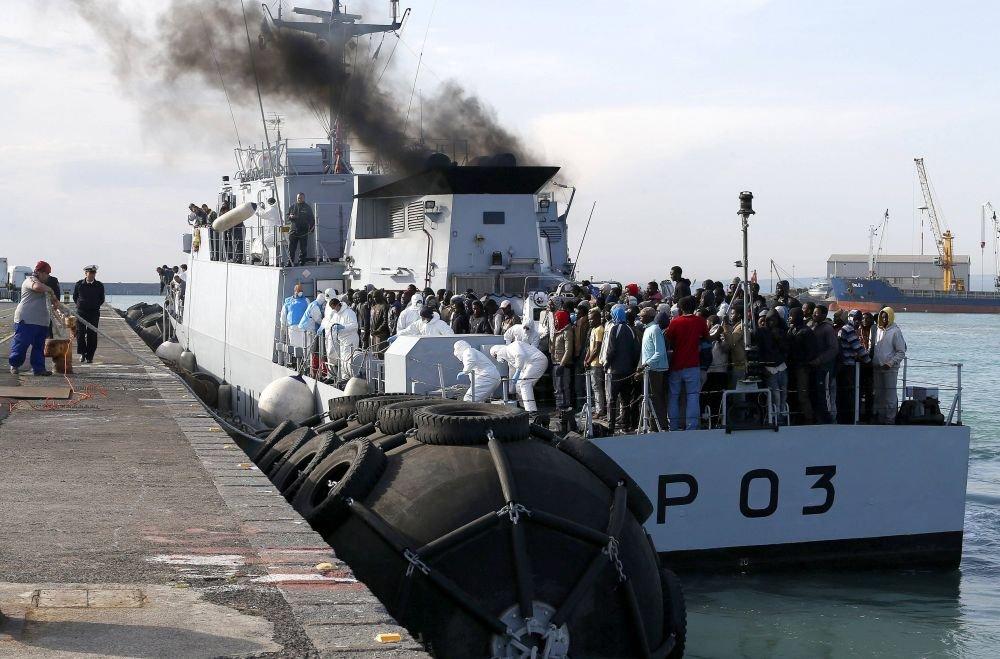 Imigranci z Afryki w porcie na Sycylii