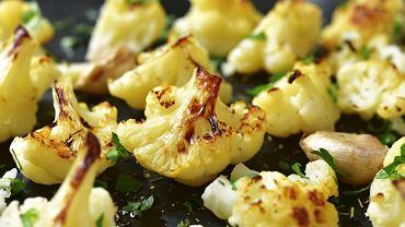 Pieczony kalafior jest dietetyczny i bardzo smaczny. Zdjęcie ilustracyjne