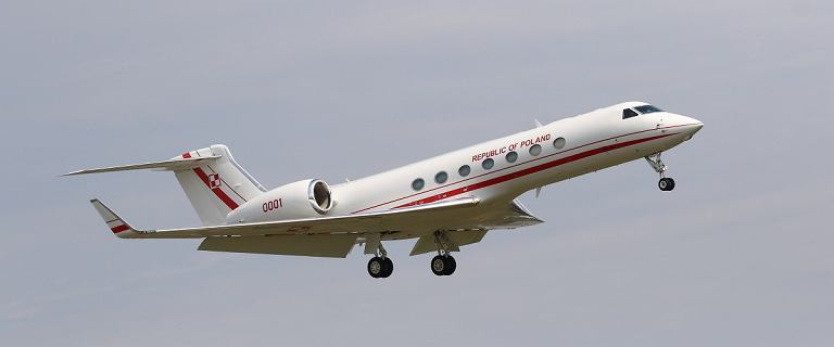 Kuchciński zabrał posłów w podróż rządowym samolotem. Zdjęcia zniknęły