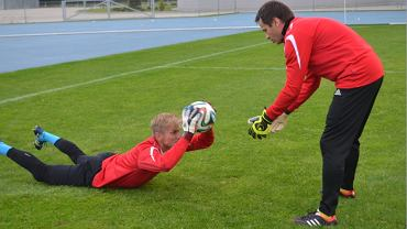 piłka nożna Paweł Młodziński (z lewej