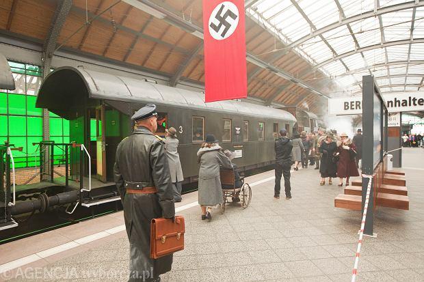Wrocław. Hitlerowskie flagi na Dworcu Głównym