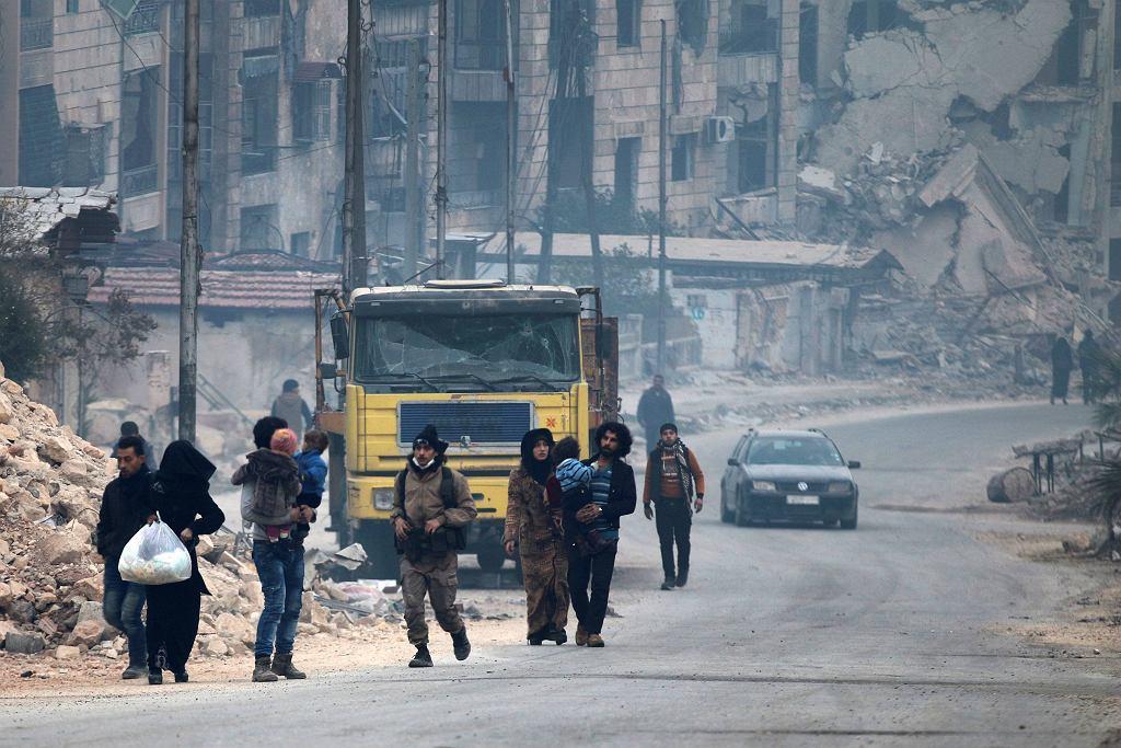 Cywile i bojownicy w ostatnich rebelianckich dzielnicach Aleppo