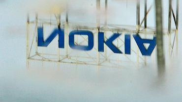 Odbicie logo Nokii obok fabryki w Bochum, w Niemczech