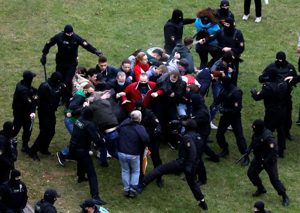 11.10.2020 Białoruś, Mińsk. Pacyfikacja pokojowej demonstracji przez oddziały OMON-u.