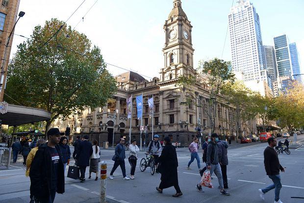 Melbourne w Australii. W momencie, kiedy Polska wchodzi w szczytowy okres drugiej fali pandemii, w dalekim Melbourne rząd stanowy ogłasza pewne poluzowanie najbardziej restrykcyjnego i najdłużej obowiązującego lockdownu na świecie.