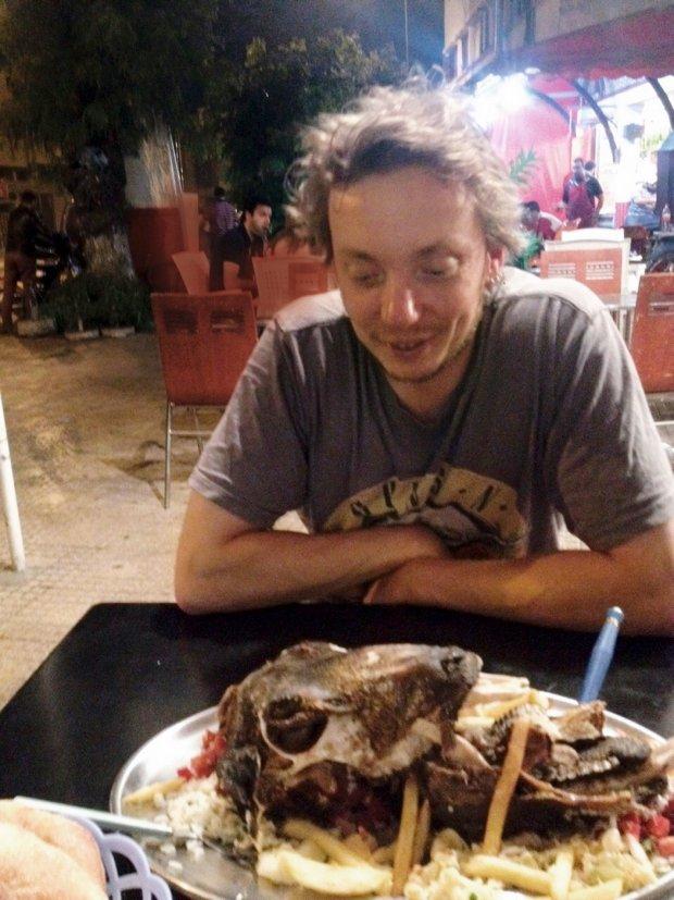 Środek nocy. Środek Rabatu. Wyglądam na zmęczonego, bo jestem zmęczony. Głowa krowy wygląda na zjedzoną. Zdjęcie wygląda na robione kalkulatorem.