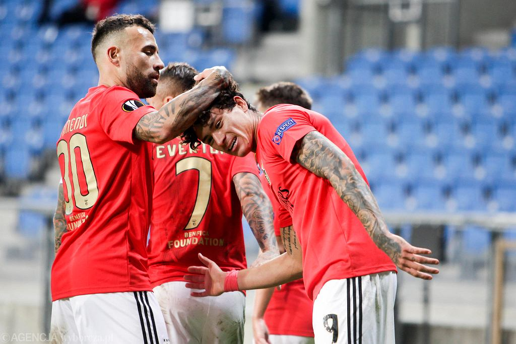 Darwin Nunez odbiera gratulacje. Lech Poznań - Benfica Lizbona