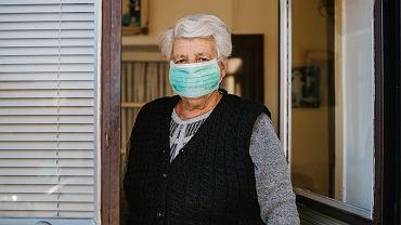 Seniorzy powinni pozostać w domu i ograniczyć do minimum niezbędne wyjścia