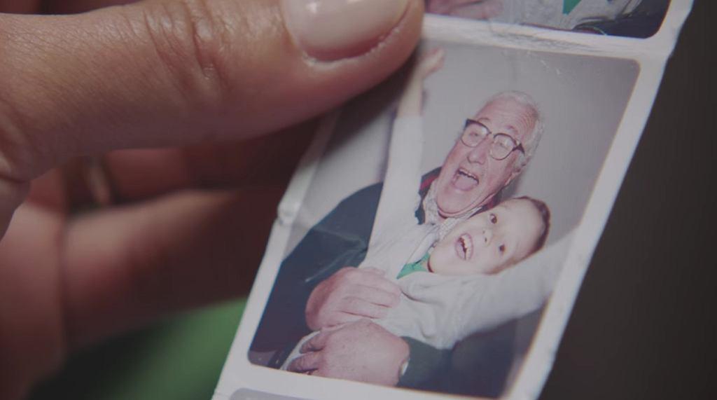 Rodzice zabierają swoje dziecko do optyka, tak aby chłopiec mógł swobodnie nosić okulary po dziadku.