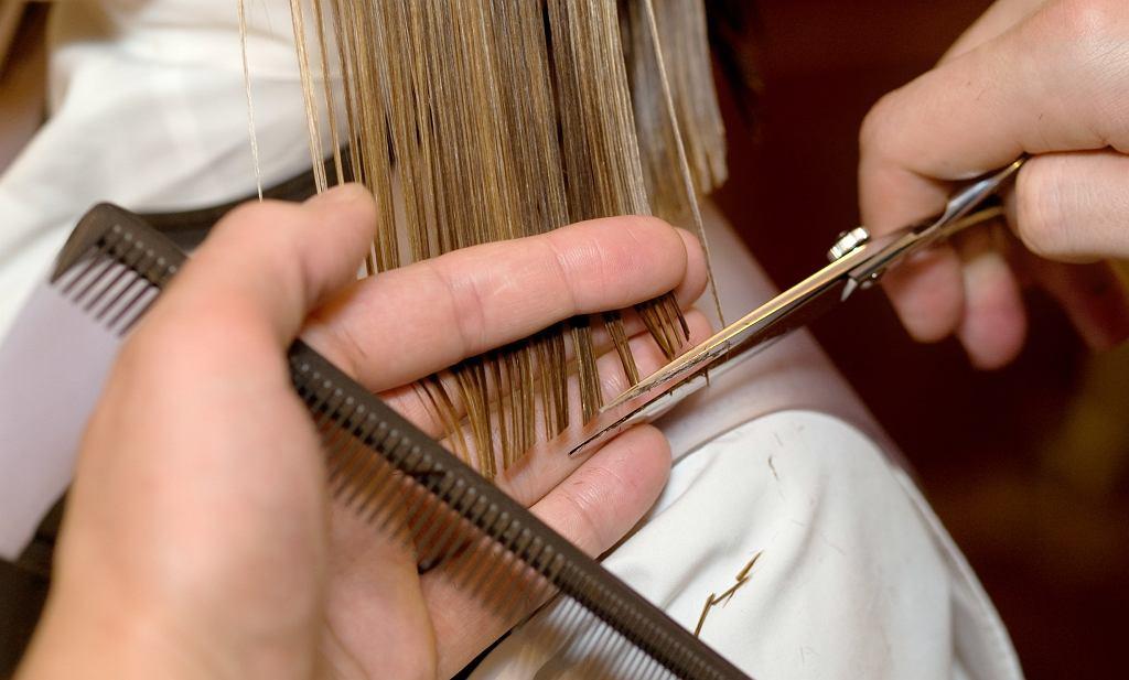 Modne krótkie fryzury po 50-tce. Te cięcia są hitem sezonu i odmładzają nawet o kilka lat (zdjęcie ilustracyjne)
