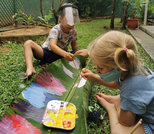 Dzieci Magdy w singapurskim przedszkolu malują na liściach bananowca (fot. Archiwum prywatne)
