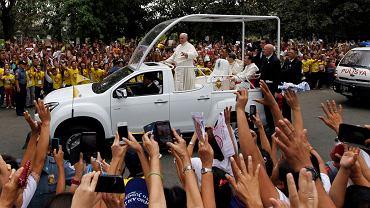 Papież Franciszek pozdrawia Filipińczyków podczas przejazdu ulicami Manili