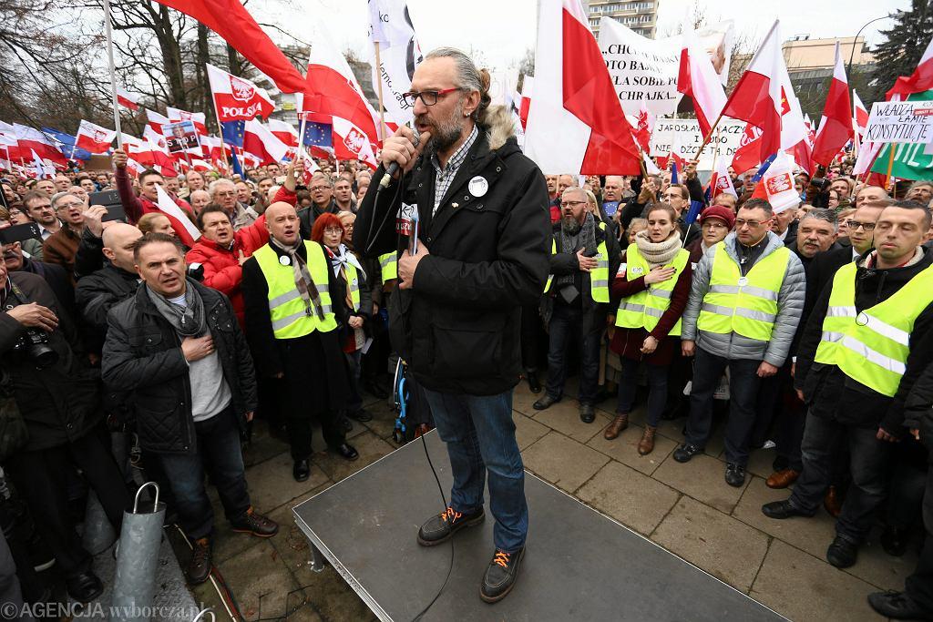 Mateusz Kijowski na wiecu KOD pod Sejmem