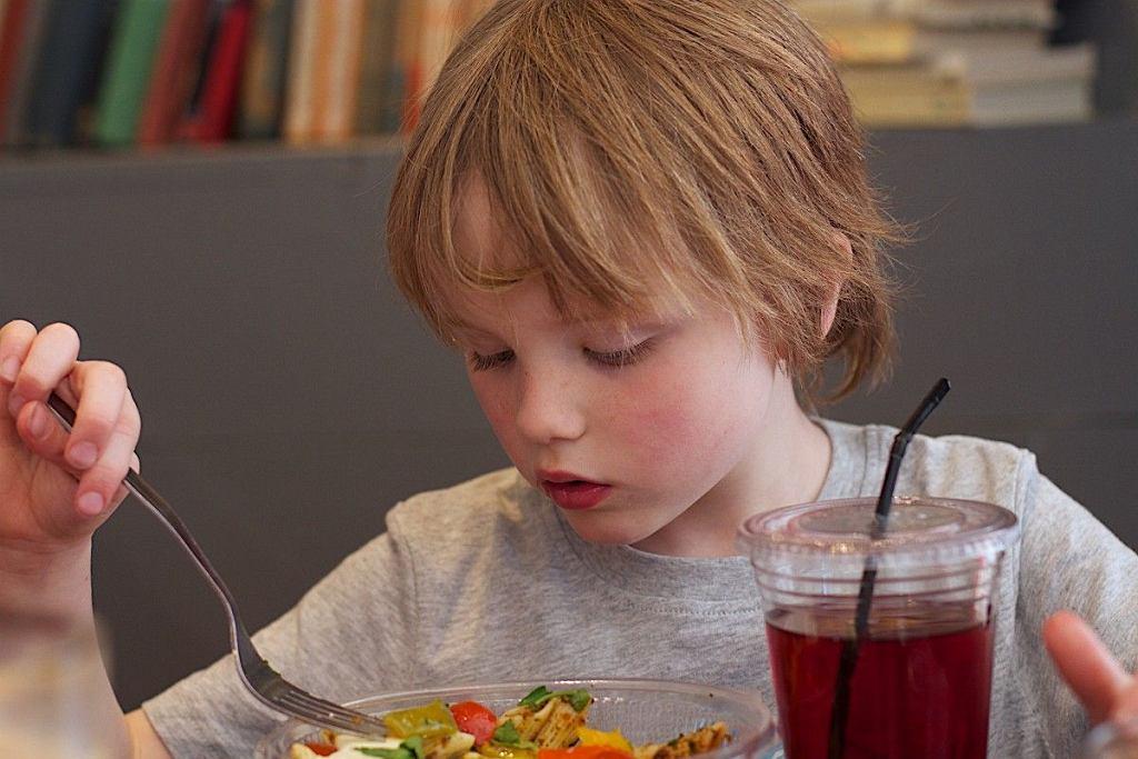 Chłopiec zadzwonił na policję, bo dostał do jedzenia sałatkę