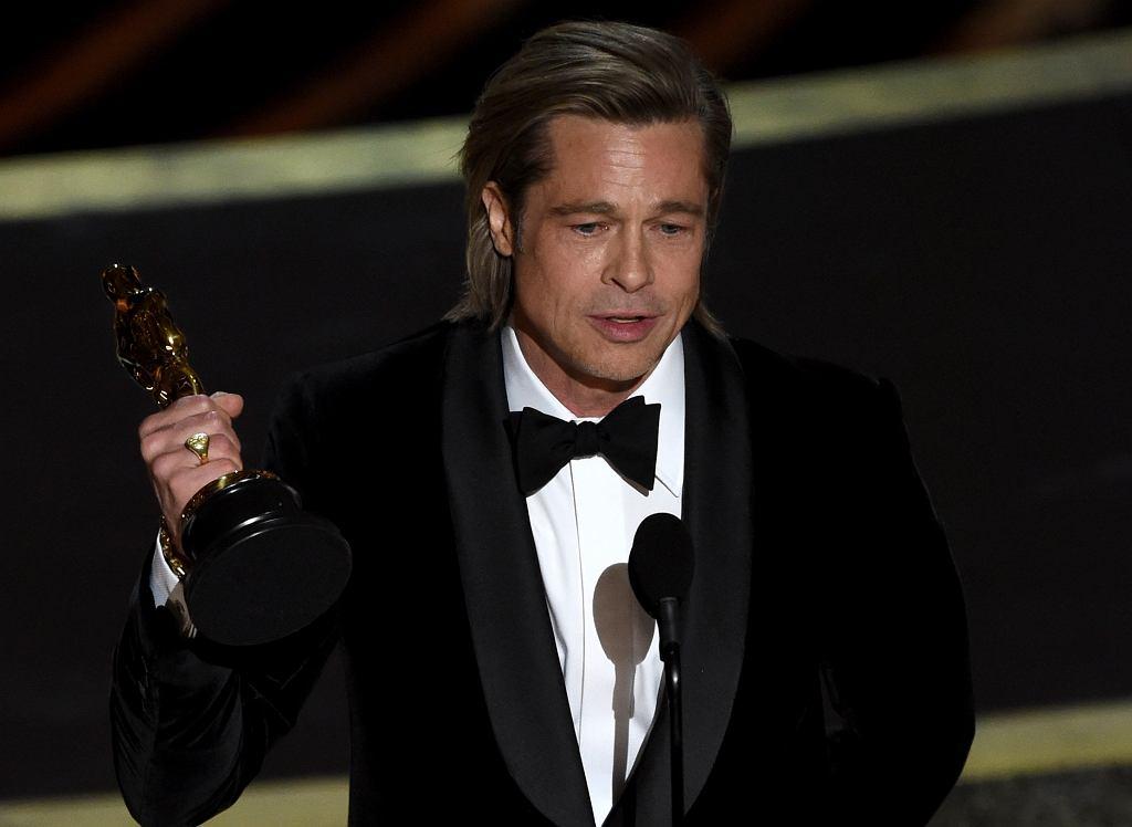 Brad Pitt odbierający Oscara
