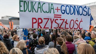 Nauczyciele oraz zwolennicy strajku przed dworcem PKP w Katowicach