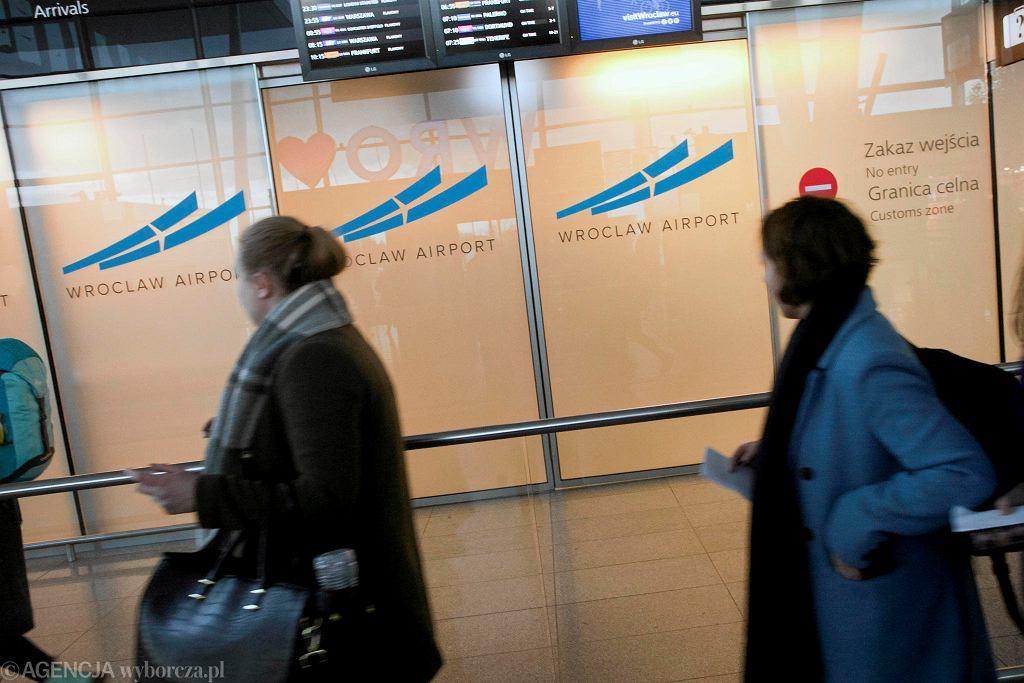 Epidemia koronawirusa. Pasażerowie z Włoch na wrocławskim lotnisku - zdjęcie ilustracyjne