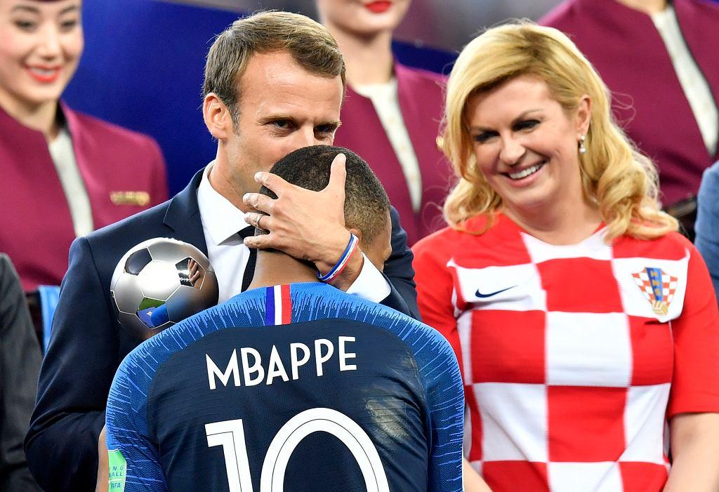 Mundial 2018. Prezydent Francji Emmanuel Macron i prezydent Chorwacji Kolinda Grabar-Kitarović, przed nimi Kylian Mbappe
