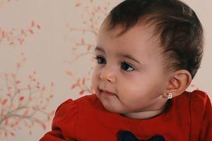 Miliarderka zakolczykowała 5-miesięczną córkę. Pediatra:  istnieje ryzyko zachłyśnięcia się kolczykiem