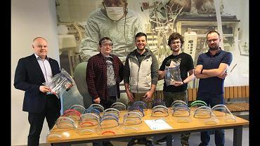 Pracownicy Wydziału Inżynierii Biomedycznej Politechniki Śląskiej wydrukowali przyłbice ochronne dla lekarzy, które ochronią przed zakażeniem koronawirusem
