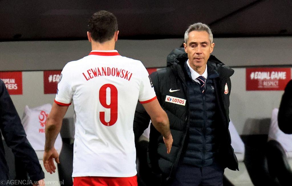 Obolały Robert Lewandowski schodzi z boiska podczas meczu z Andorą