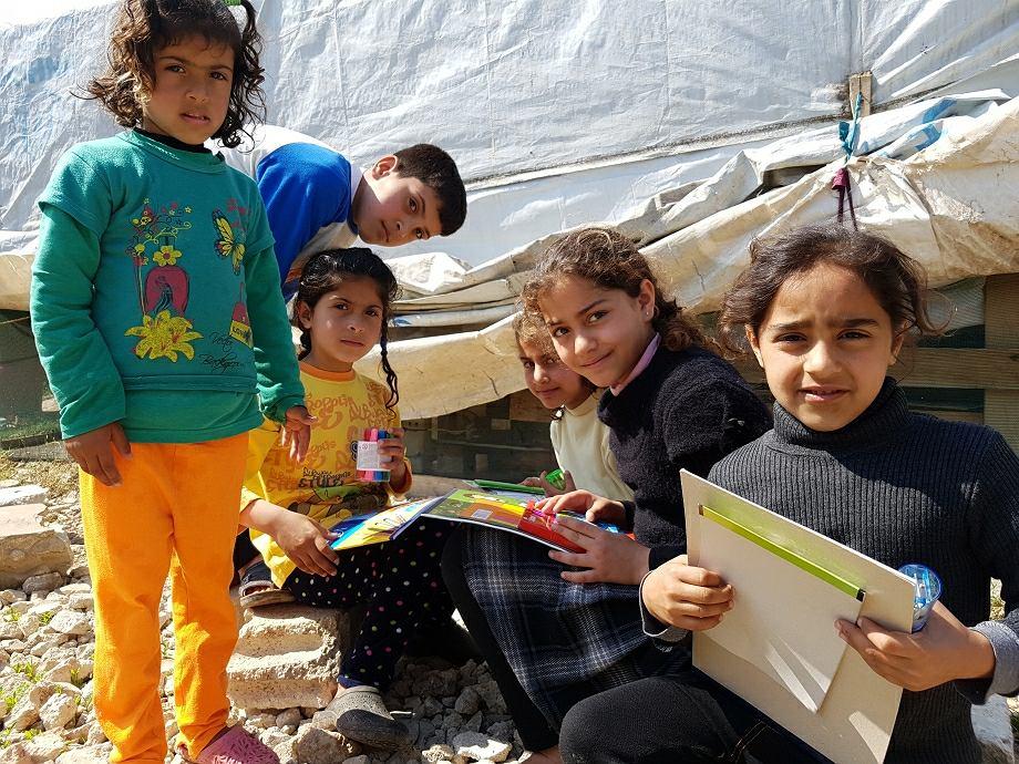 Syryjskie dzieci, mieszkające w nieformalnym obozowisku