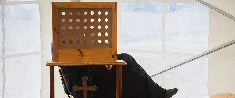 Ksiądz z Tylawy skazany za molestowanie odprawia różaniec w Radiu Maryja