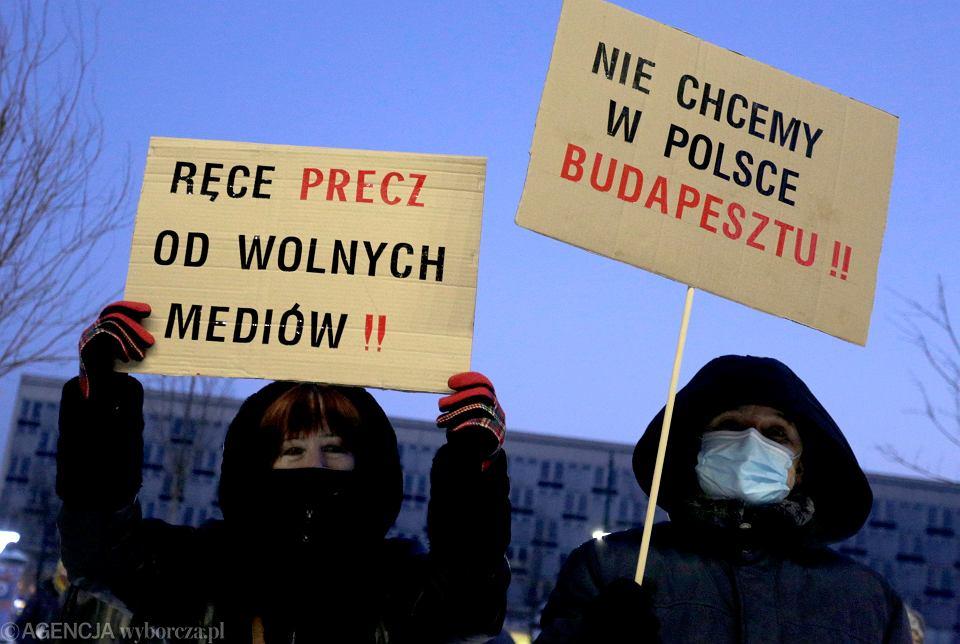 Protest 'Wolne media - wolni ludzie' przed Muzeum Narodowym w Krakowie, 12 lutego 2021 r.