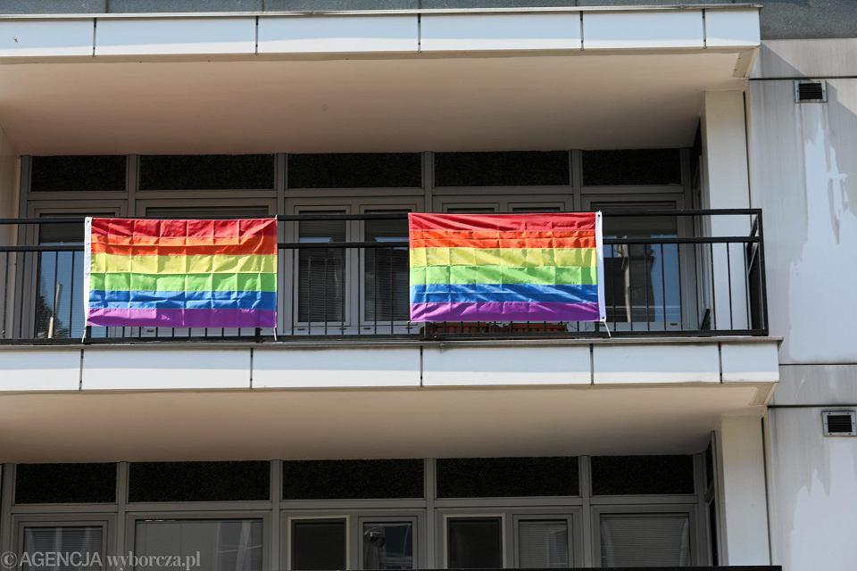 Zdjęcie numer 1 w galerii - Tęczowe flagi na ambasadzie USA. Wiceminister spraw zagranicznych: W Polsce homoseksualizm nie jest karany