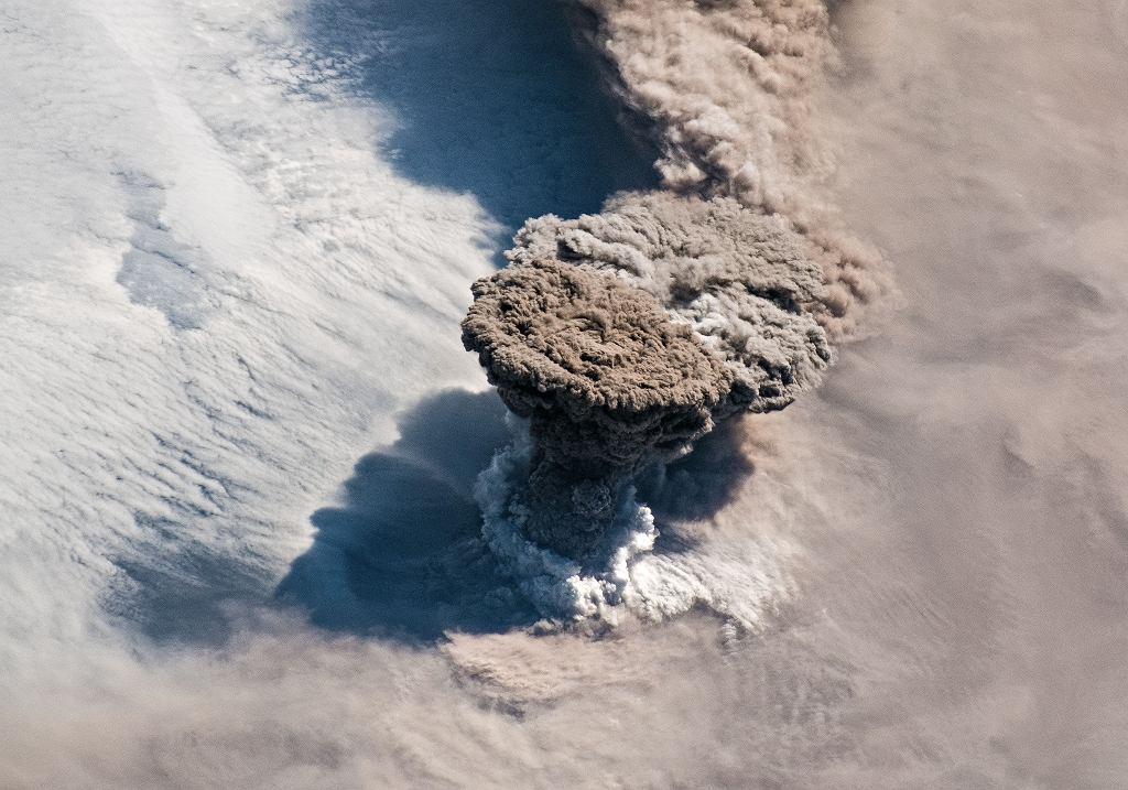 Wulkan Rajkokie przebudził się po prawie 100 latach. Niezwykłe zdjęcie astronautów NASA