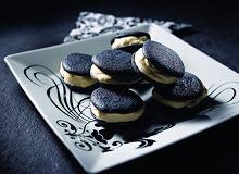 Czarne makaroniki z białym kremem - ugotuj
