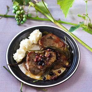 Kotlety wieprzowe w winogronowym sosie z szałwią