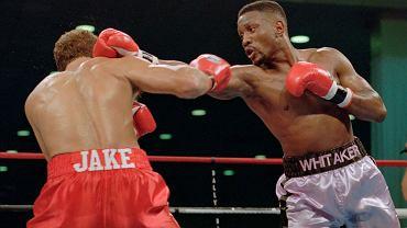 Pernell Whitaker (z prawej) w walce z Jake'm Rodriguezem, 1995 r.