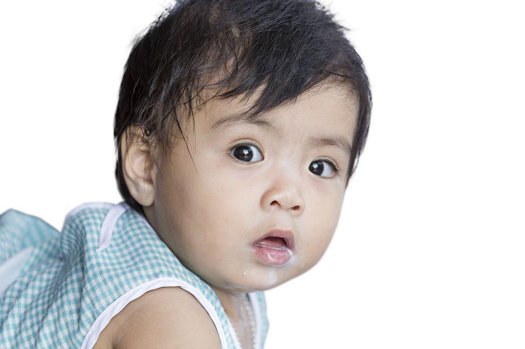 Refluks u niemowlaka to norma (dotyczy 50-60 proc. dzieci), bo układ pokarmowy nie jest jeszcze w pełni sprawny. U zdrowej dorosłej osoby dolny zwieracz przełyku zabezpiecza przed przedostawaniem się treści pokarmowej z żołądka w górę układu pokarmowego.