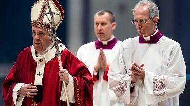 Papież Franciszek podczas mszy w Watykanie.