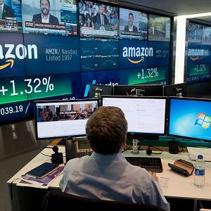 Pracownik Nasdaq monitoruje aktywność Amazona na giełdzie w Nowym Jorku, 4 września 2018 r.