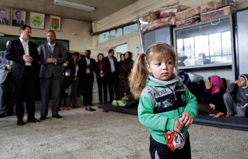 Dzieci, które musiały uciekać z obozu dla uchodźców w Syrii, do którego wkroczyli Islamiści
