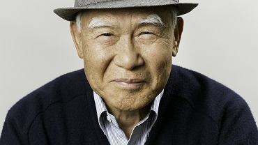 Won Kook Choi, 78 lat. Ma na sobie sweter z logo swojego klubu golfowego. 'Przygotowałem już kilka portretów pogrzebowych, ale wszystkie są sztywne. Nie zostawię po sobie takiego zdjęcia. Mam żonę, córkę, syna i czterech wnuków. Chciałbym, żeby patrzyli na mój portret i myśleli: Tata miał styl!'. Won Kook Choi został sfotografowany podczas ośmiotygodniowych warsztatów umierania w ośrodku kultury w New Jersey. Ich uczestnicy m.in. pisali testamenty, robili portrety pogrzebowe, rozmawiali o religii i zastanawiali się, jak naprawić relacje z ludźmi przed śmiercią