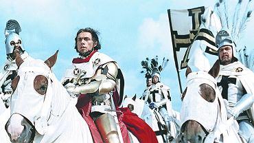 Z lewej wielki mistrz Ulrich von Jungingen (Stanisław Jasiukiewicz) na czele Krzyżaków pod Grunwaldem