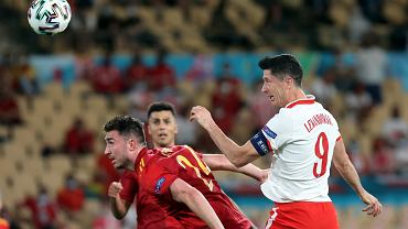 Robert Lewandowski zdobywa gola w meczu Polska - Hiszpania