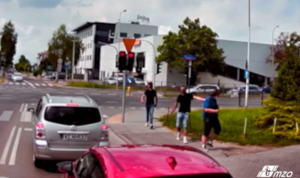 Dwóch mężczyzn zaczepiało przechodnia na jednej z warszawskich ulic