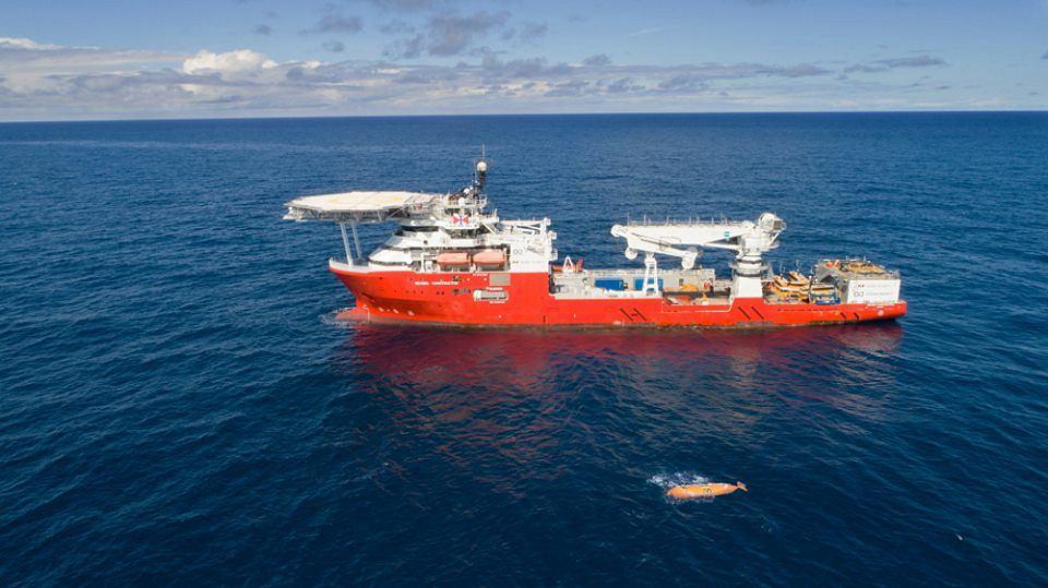 Statek badawczy firmy Ocean Infinity. Na pierwszym planie jeden z autonomicznych dronów używanych do poszukiwań