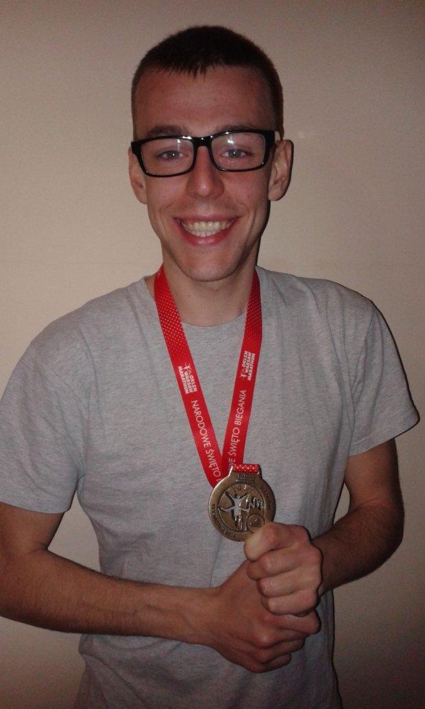 Damian Kuźmicki z medalem Orlen Warsaw Marathon