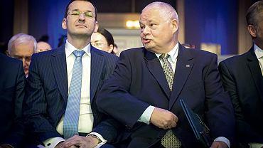 Polityk PiS: Jakaś teczka jest, na wszystkich coś jest, Jarosław nie ma żadnych zastrzeżeń. I Glapiński powypieprzał esbeków z NBP. Jarosławowi się to podobało