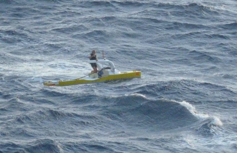 23 grudnia 2013. Środek Oceanu Atlantyckiego. Aleksander Doba w swoim kajaku