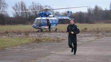 Policyjny helikopter na płockim lotnisku (zdjęcie archiwalne)